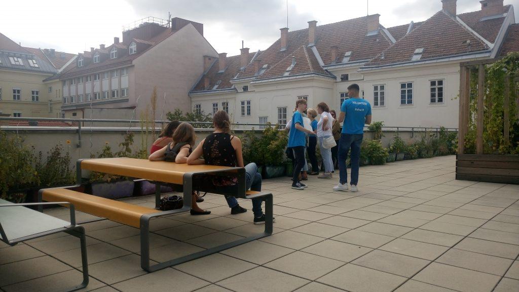 Open House Wien - Gäste genießen die Dachterrasse
